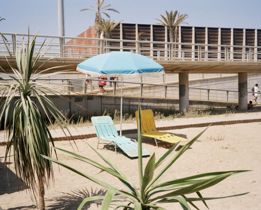 Xavier Ribas_Sin título (Dos tumbonas en la playa)_1994-1997_De la serie Domingos-iloveimg-converted